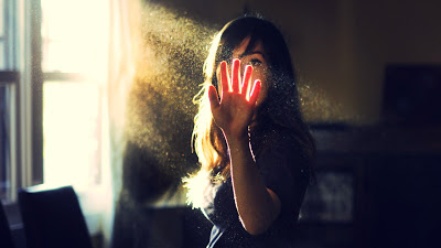 girl-sunlight-rays-dust-particles-hd-desktop-wallpaper